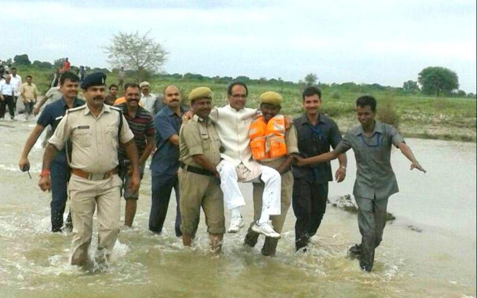 106563039_An_image_of_Madhya_Pradesh_Chief_Minister_Shivraj_Singh_Chouhan_being_helped_by_his_se-xlarge_trans++TUEOn4-yHdlPS6WVNdiWln8rzxTFMtCDYPnL1Vz0Ojk