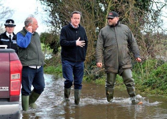 (Cựu) Thủ tướng Anh Cameron đi thị sát lũ lụt