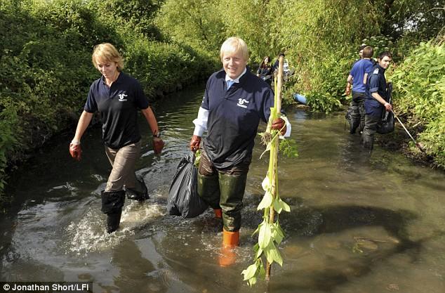 Cựu Thị trưởng London Boris Johnson đi nhặc rác ở mương