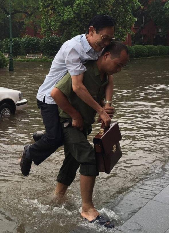 Quan ta đi làm khi lũ lụt